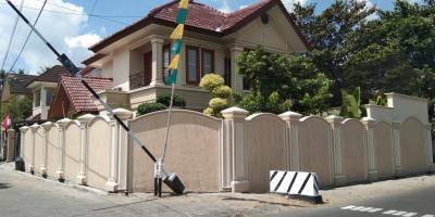 Rumah MEGAH Semi Klasik PREMIUM HOOK di Kawasan Elite di Lokasi STRATEGIS Dalam Ringroad Ada KOLAM RENANG, FULL Taman Dan FULLY FURNISHED